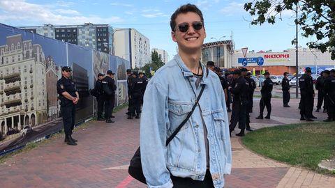 John Baller vor einer Gruppe Polizisten