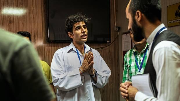 Sardar Wali Sardozai schildert einem Vertreter der IOM seine Lage. In Deutschland hat er zuletzt bei Aldi gearbeitet. Seine Freundin Ute und er planten ihre Hochzeit