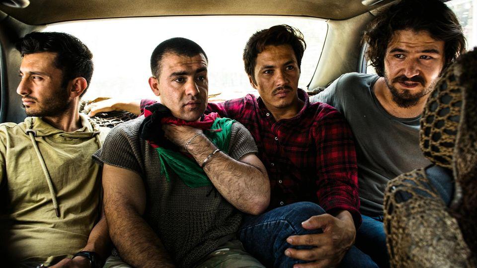 Sultani (r.) fährt mit anderen Abgeschobenen im Taxi durch Kabul – auf der Suche nach längerfristiger Hilfe