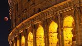Auch in Rom ist der rötliche Vollmond hinter dem Kolosseum zu sehen