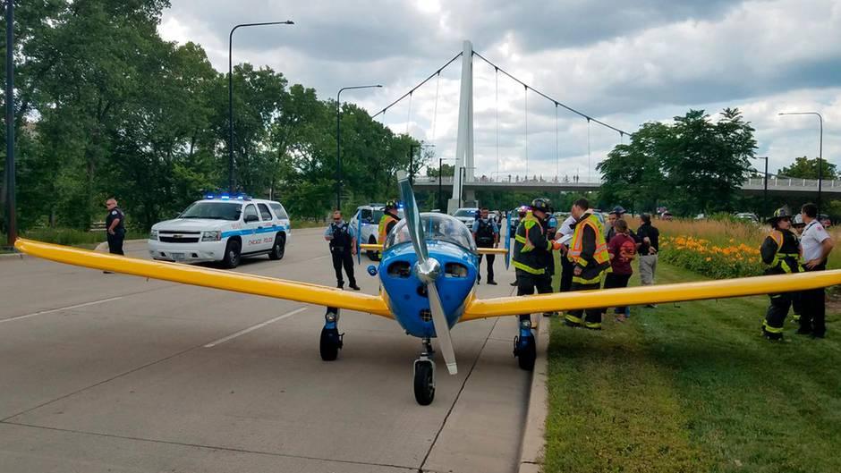Die einmotorige Maschine vom Typ Ercoupe 415 nach der geglückten Landung auf dem Highway.