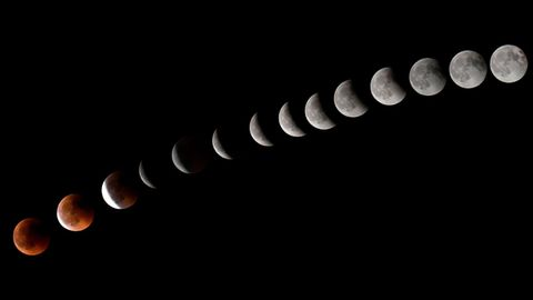 Diese Aufnahmen über den Verlauf der Mondfinsternis entstanden auf den Kanarischen Inseln und wurde später per Photoshop zu einem Bild zusammenmontiert.