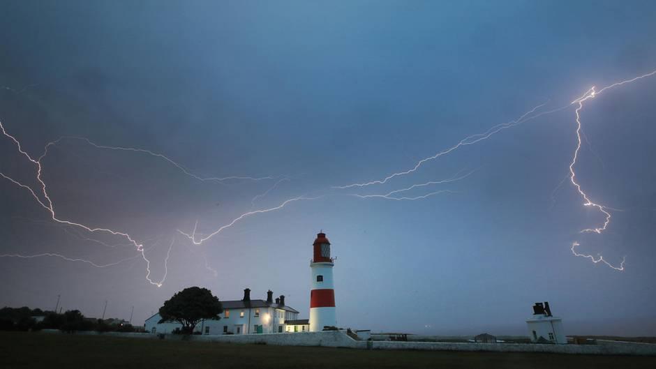 Blitz schlagen an der Küste Großbritanniens bei South Shields ein:Lokal kann es im Verlauf des Samstags auch in Deutschland zur kräftigen Gewittern kommen.