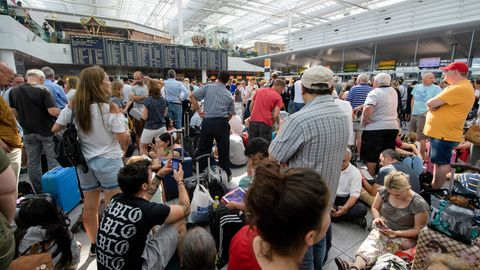 Zahlreiche Fluggäste warten am Flughafen in München am Terminal 2 auf ihre Flüge. Wegen eines Polizeieinsatzes ist die Sicherheitszone im Terminal 2 am Flughafen München vorübergehend gesperrt worden.