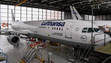 """Im Hangar derLufthansa Technik am Hamburger Flughafen: Hier wird die ehemalige """"Neustadt an der Weinstraße"""" der Lufthansa generalüberholt und erhält eine komplett neue Kabinenausstattung."""