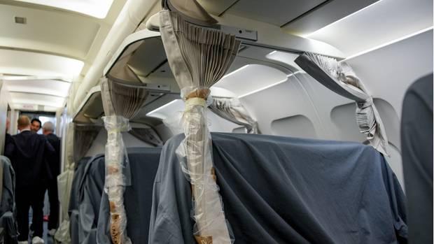 """Mehrere Vorhänge zur Verdunklung der Sitzreihen sind im Innenraum des Airbus A321 """"Neustadt a.d. Weinstraße"""" bereits angebracht."""