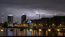 Am Samstag kommt es in Teilen Deutschlands zu heftigen Gewittern. Abgebildet ist ein Unwetter aus dem April über Berlin.