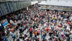 Zahlreiche Fluggäste warten am Flughafen in München am Terminal 2 auf ihre Flüge