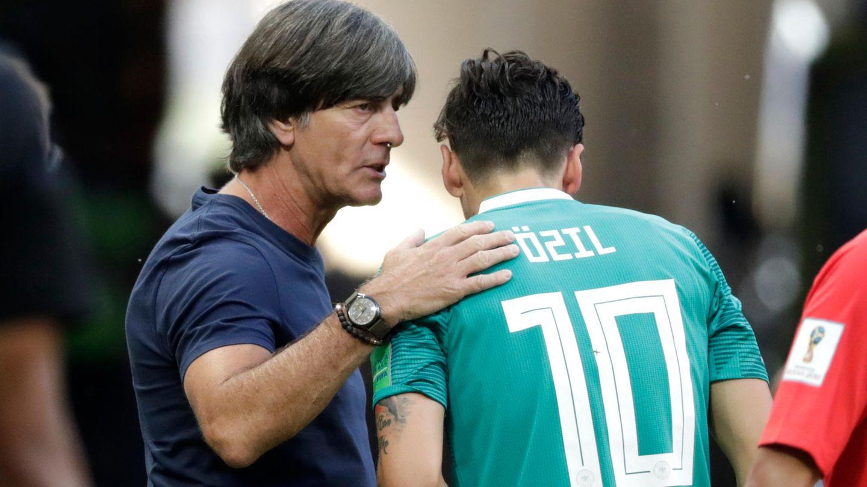 Joachim Löw mit Mesut Özil: Aufarbeitung dauert an