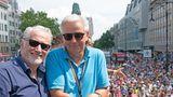 Am Rande der Demo zeigte sich unter anderem der frühere Regierende Bürgermeister Klaus Wowereit (SPD) mit seinem Partner.