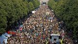"""Die Parade führte an der Siegessäule vorbei am Brandenburger Tor, das im Hintergrund zu sehen ist.Von dendekorierten Wagen dröhnten Bässe und die Village People mit dem Song """"YMCA""""."""