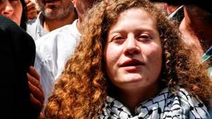 Ahed Tamimi wird in ihrem Heimatdorf von einer Menschenmenge begrüßt