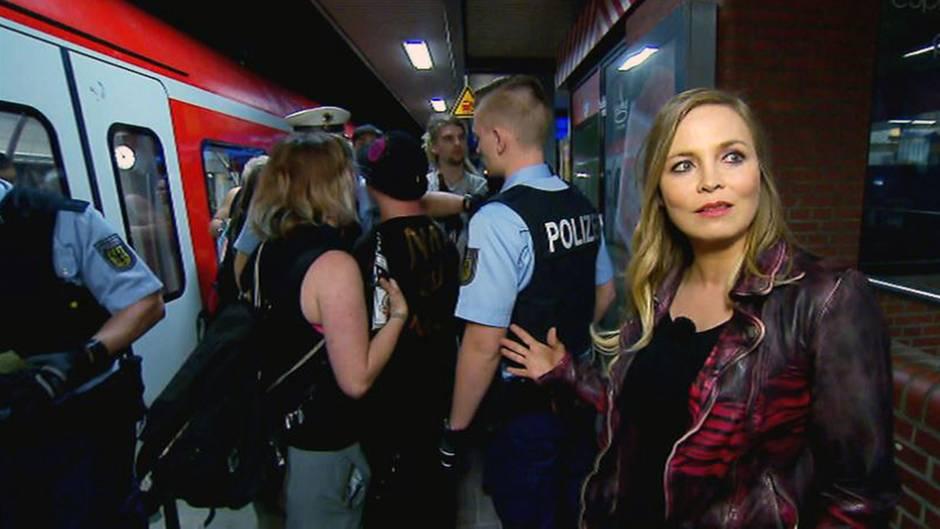 Deutschlands erfolgreichste Boxerin Regina Halmich (41) im Einsatz mit der Polizei am Dortmunder Hauptbahnhof.