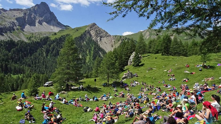 Konzert vor alpiner Kulisse in 2100 Metern Höhe: Das herbeigewanderte Publikum lauscht den Mandolinen-Klängen von Avi Avital, der im Rahmen derSounds of the Dolomitesoberhalb der Refugio Contrin im Trentino auftritt.