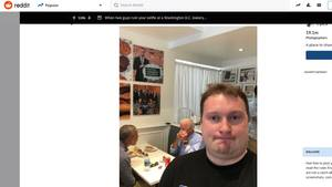 Das Selfie eines Mannes in einer Bäckerei. Im Hintergrund sitzen Joe Biden und Barack Obama an einem Tisch