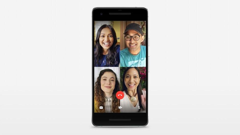 Ein Smartphone zeigt ein Gruppen-Videotelefonat bei Whatsapp