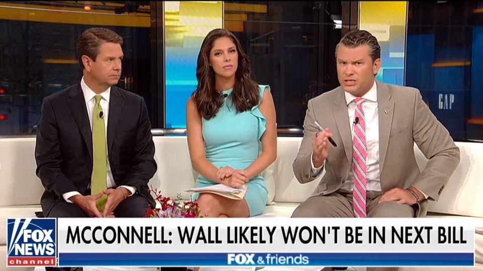 """Das Moderatoren-Team von """"Fox & Friends"""" macht dem US-Präsidenten öfter Vorschläge - wie hier Pete Hegseth (r.) Trump den Shutdown vorschlägt"""