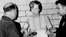Sharon Kinne wehrt sich nach ihrer Festnahme in Mexiko im September 1964 dagegen, dass ihre Fingerabdrücke genommen werden