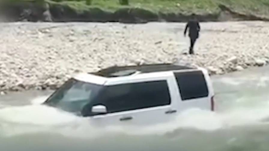 Überfluteter SUV: Mann will sich die Waschanlage sparen - doch das ist keine gute Idee