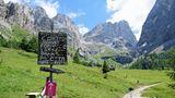 Oberhalb der Hütte weist ein Schild zum Veranstaltungsort. Das Festival Sounds of the Dolomites, das Besucher in entlegene Alpentäler lockt, findet 2018 bereits zum 24. Mal statt.