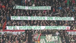 Der Videobeweis kam nicht bei allen Bundesliga-Fans gut an. Abgebildet ist ein Protestplakat in Augsburg am 13. Spieltag.