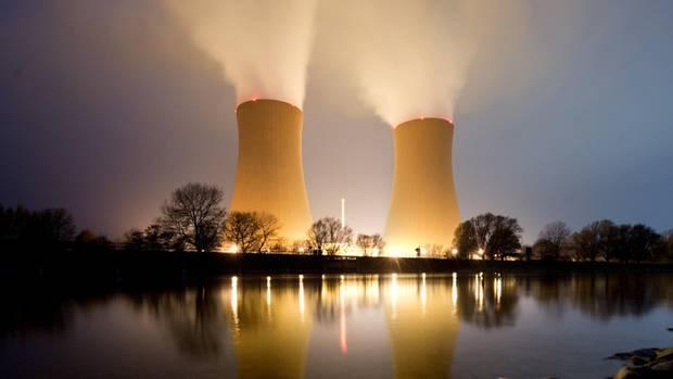 Wasserdampf steigt aus den Kühltürmen vom Kernkraftwerk Grohnde in Niedersachsen auf