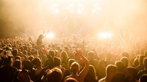 Zu einer guten Party gehört gute Musik: ErfolgreicheDJs verdienen mit ihrer Musik Millionen (Symbolfoto)