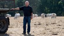 Landwirt Matthias Böbel von der Erzeugergemeinschaft Agrarprodukte eG steht auf einer vertrockneten Weide.