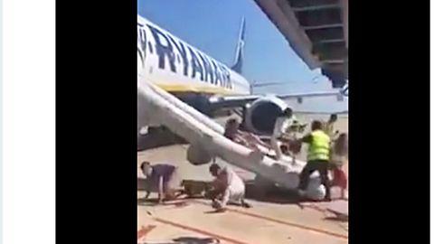 Zwischenfall am Flughafen Barcelona mit einer Boeing 737 von Ryanair: Über eine Notrutsche verlassen die Passagiere die Maschine.