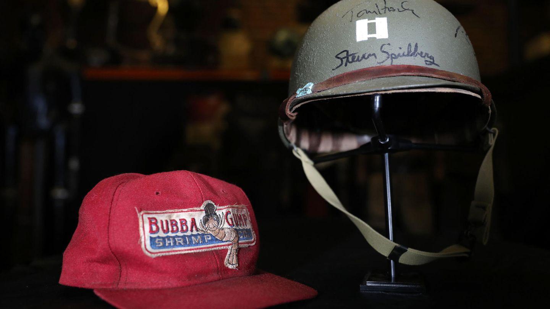 """Die Mütze aus dem Film """"Forrest Gump"""" und der Helm von """"Der Soldat James Ryan"""" - beides getragen von Tom Hanks."""