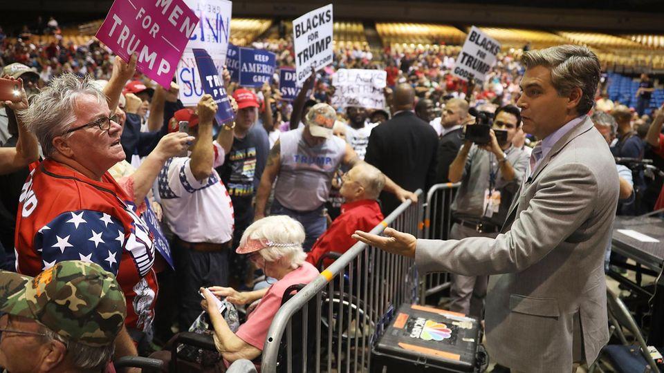 """Mittelfinger und """"CNN sucks!""""-Schreie: Journalist Jim Acosta wird auf Veranstaltung mit Trump beschimpft"""