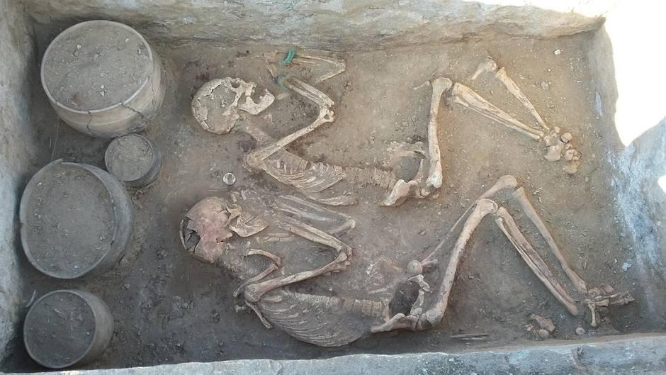 Auch der wertvolle Schmuck der Frau blieb im Grab.
