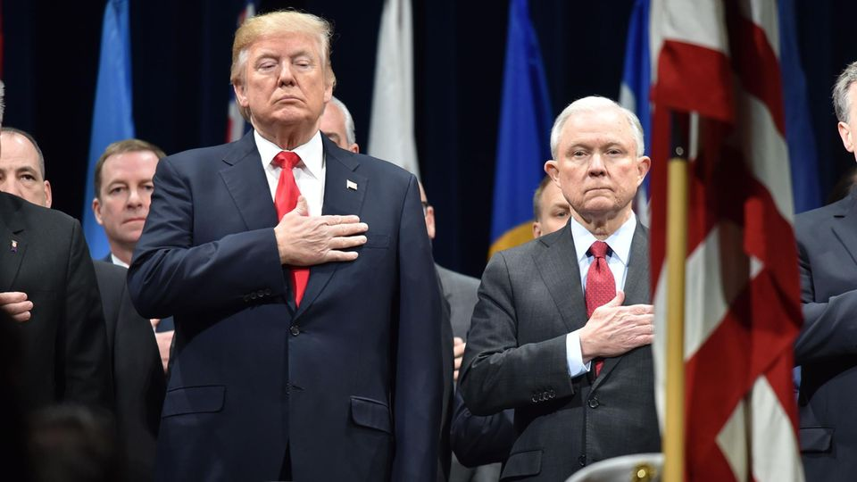 US-Präsident Donald Trump (l.) und Justizminister Jeff Sessions auf der Abschlussfeier derFBI National Academy im Dezember