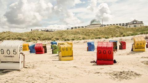 Am Strand der ostfriesischen Insel Juist mit dem Kurhaus im Hintergrund.