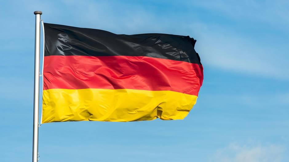 Eine Deutschlandflagge weht im Wind