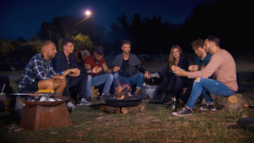 Bachelorette mit ihren Jungs beim Lagerfeuer