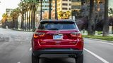Der Jeep Compass will Konkurrenten, wie dem Opel Mokka X die Rücklichter zeigen
