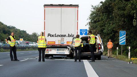 Ein beschädigter Kleintransporter steht nach einem Auffahrunfall hinter einem Lkwauf der Autobahn A2