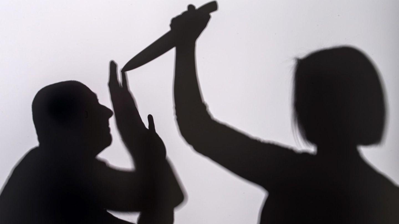 Eine Frau sticht mit einem Messer auf einen Mann ein