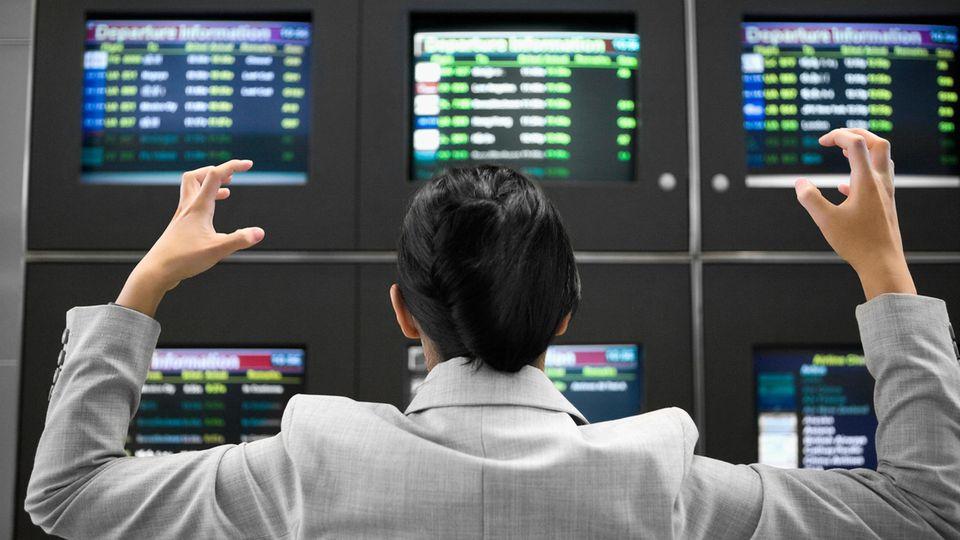 Pure Verzweifelung vor den Anzeigetafeln am Airport: Wieder ist ein Flug storniert worden.