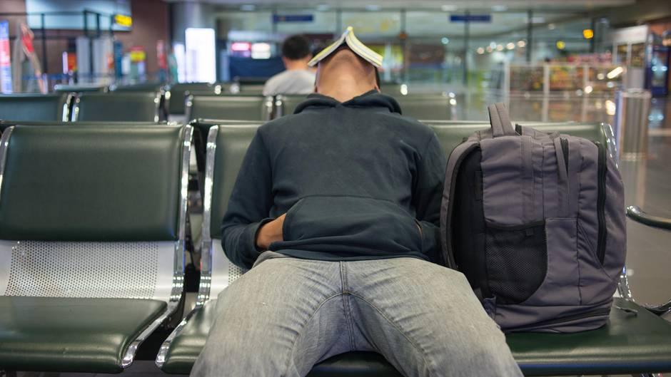 Pure Verzweifelung am Airport: Wieder verspätet sich der Abflug und mehrere Stunden.