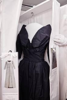 In den Kleidersäcken hängen die Roben frei, wie dieses Couture-Modell aus dem Jahr 1957