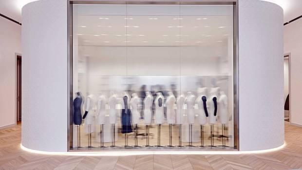 Hinter der Glasscheibe werden die Kleider auf Büsten gezogen, etwa für Ausstellungen