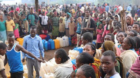 Flüchtlinge in der Stadt Gedeb in Äthiopien füllen Plastikkanister mit Wasser