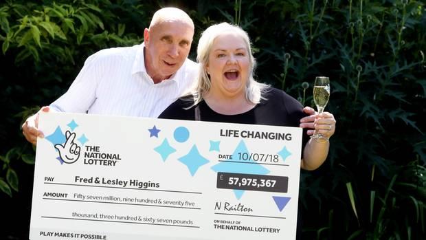 Fred und Lesley Higgins freuen sich mit einem Glas Champagner über ihren Lottogewinn