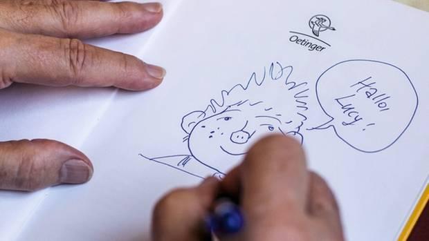 Maar zeichnet das Sams in Bücher, die ihm zum Signieren gebracht werden