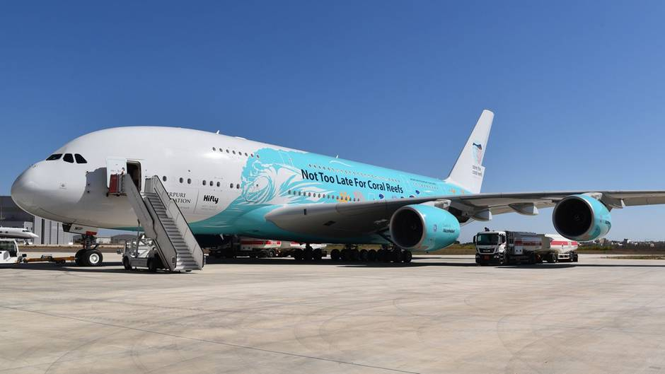 Der Airbus A380 der Fluggesellschaft Hifly mit der Sonderbemalung, die für den Schutz der Korallenriffe wirbt.