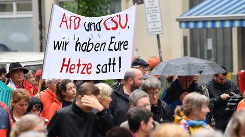 """Menschen demonstrieren unter dem Motto """"#ausgehetzt"""" unter anderem gegen die Sprache der CSU"""