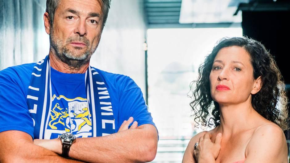 Er ermittelt im Fußballtrikot, sie im Abendkleid: die Luzerner Kommissare Reto Flückiger (Stefan Gubser) und Liz Ritschard (Delia Mayer)