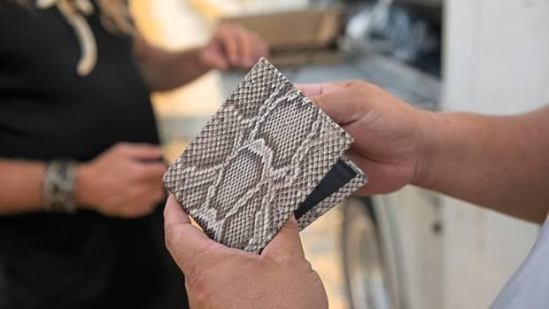 Eine Geldbörse aus Dustys Schlangenhaut-Kollektion, mit der er seinen Verdienst aufbessert